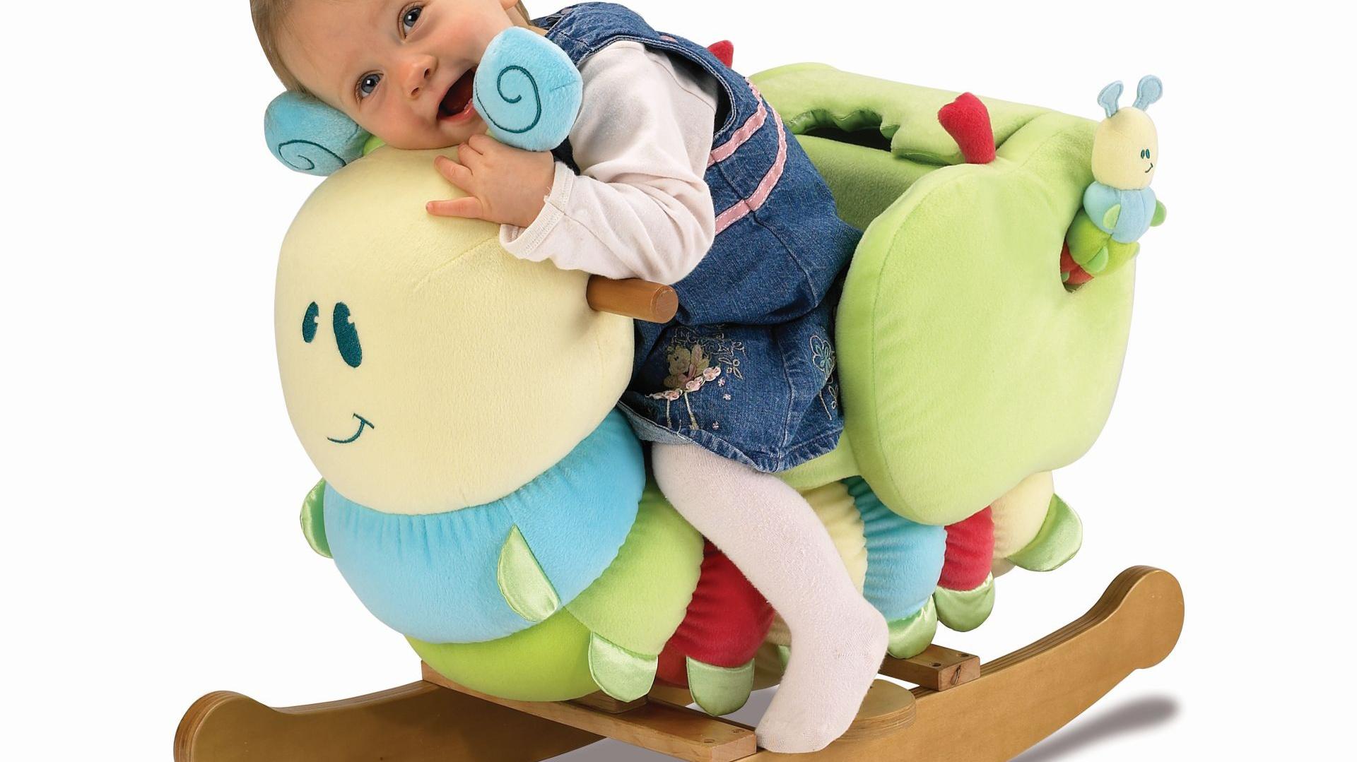 Współczesne zabawki na biegunach nie ograniczają się wyłącznie do kształtu przypominającego konia. Często przyjmują postać innych zwierząt lub postaci z popularnych bajek. Fot. Little Bird Told Me.