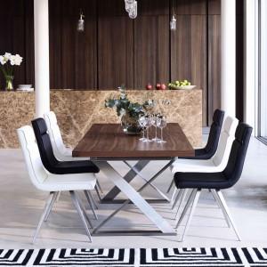 Mebel z lakierowanym, drewnianym blatem oparty na stalowej konstrukcji. Połączenie tych dwóch materiałów sprawia, że mebel pasuje zarówno do nowoczesnych, jak i klasycznych aranżacji. Fot. Furniture Village.