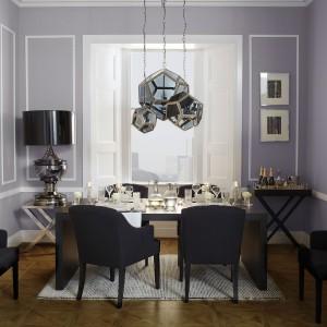 Stół w salonie na co dzień jest znacznie rzadziej używany niż sofa, stąd warto ustawić go w najgłębszej części pomieszczenia. Fot. Occa-Home.