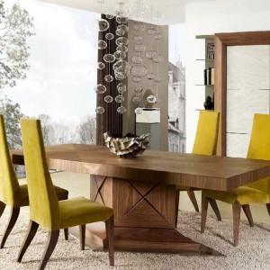 Drewniany stół z kolekcji Eros marki Mobil Frenso to idealna propozycja do eleganckich, klasycznych wnętrz. Może być też ciepłym akcentem w nowoczesnym salonie czy jadalni. Fot.