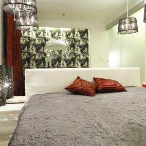 Oświetlenie w stylu glamour nadaje charakter nowoczesnej sypialni. Czarny kolor pięknie prezentuje się w nowoczesnym wnętrzu. Projekt: Agnieszka Burzykowska-Walkosz. Fot. Bartosz Jarosz.