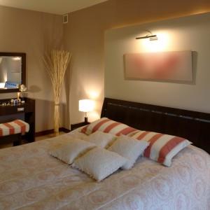 W tej sypialni mamy oświetlenie ustawione przy łóżku, jak również umieszczone nad łóżkiem. Nadaje wnętrzu przyjemny klimat. Projekt: Magdalena Kuklińska. Fot. Tomasz Markowski.