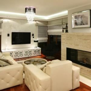 Także lakierowane na wysoki połysk powierzchni oraz błyszczące elementy dekoracyjne pozwoliły optycznie powiększyć przestrzeń salonu. Projekt: Karolina Łuczyńska. Fot. Bartosz Jarosz.