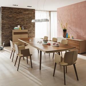 Nowoczesny stół w modnym, beżowym kolorze. Jego blat został ocieplony fornirem w kolorze ciepłego drewna. Kolekcja Tisch. Fot. Team7.
