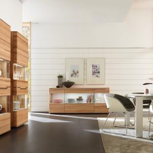 Biały, nowoczesny stół z kolekcji Neo marki Hulsta sprawdzi się w jasnym, jak i ciemnym salonie, tworząc ciekawą, opartą na kontrastach aranżację. Fot. Huelsta.