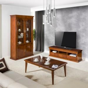 Elegancki, drewniany zestaw mebli do salonu Verdi marki Klose, tworzy szafka telewizyjna, stolik kawowy oraz witryna. Jej górna część przeznaczona jest do przechowywania szkła i porcelany, natomiast dolna - alkoholi. Fot. Klose.