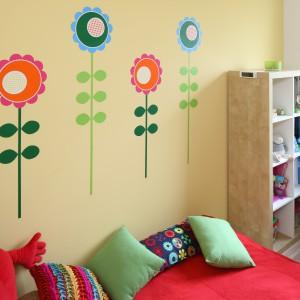 Jak wiosenna łąka – tak najkrócej można określić ten pokoik. A to za sprawą kolorowych, graficznych kwiatów, zdobiących praktycznie każdy zakątek dziecięcego pomieszczenia. Projekt: Marta Kruk. Fot. Bartosz Jarosz.