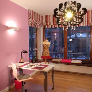 Artystyczny wygląd dziewczęcego pokoju to zasługa pewnych detali: dekoracyjnych nóg biurka, ozdobnego żyrandola z mieniącymi się kryształkami, czy krawieckiego manekina odzianego w letnią, kwiecistą sukienkę. Fot. Archiwum Dobrze Mieszkaj.