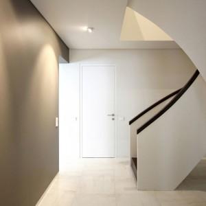 Schody o oryginalnym kształcie zaprojektował Ramunas Manikas. Projektant zdecydował się na zaokrągloną, płynącą formę, kontrastującą z prostymi liniami, dominującymi w strefie dziennej. Projekt: Ramunas Manikas, Valdas Kontrimas. Fot. Ramunas Manikas.