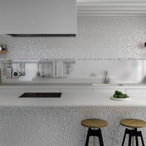 Śliczna mozaika, którą można wykończyć nie tylko ścianę nad blatem ale i korpus wyspy kuchennej. Delikatna, trójwymiarowa faktura dodaje płytkom fantazyjnego charakteru, a subtelny kolor utrzymuje ich elegancki wyraz. Fot. Ceramicalcora, kolekcja Barcelona.