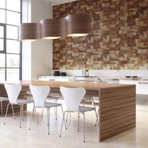 Płytki w ciepłym kolorze pięknie komponują się ze stołem jadalnianym w drewnianym dekorze. Idealne rozwiązanie, jeśli chcemy urządzić przytulną jadalnię!.Fot. Argenta, kolekcja Broch.