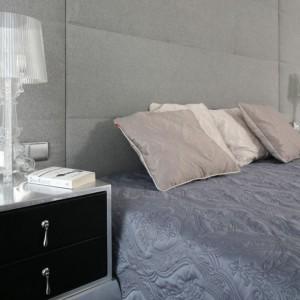 Po obu stronach łóżkach umieszczono stylizowane stoliki nocne. Srebrną, połyskującą powierzchnię zestawiono z czarnymi frontami i dekoracyjnymi uchwytami. Projekt: Anna Maria Sokołowska. Fot. Bartosz Jarosz.