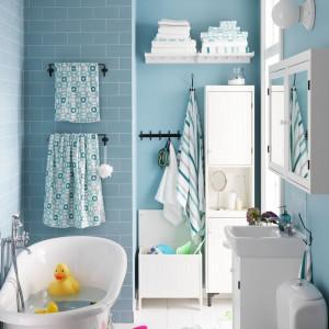W małej łazience ważne jest każde miejsce do przechowywania. Efektywne wykorzystanie ścian, systemy półek i wieszaki zwiększają funkcjonalność łazienki. Fot. IKEA.