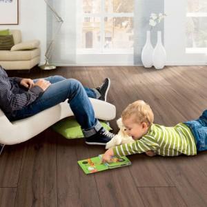 Panele Disano marki Haro zachwycają wyglądem do złudzenia przypominającym drewno. Wykonane w 100% PVC, bez plastyfikatorów i metali ciężkich. Wyrafinowana, pięciowarstwowa konstrukcja sprawia, że podłoga jest trwała i komfortowa w użytkowaniu. Fot. Haro.