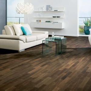 Zestawiając ze sobą listewki o różnych długościach i wybarwieniu drewna można uzyskać na podłodze iście artystyczna powierzchnię. Parkiet dąb afrykański marki Haro wprowadzi do nowoczesnego, jasnego wnętrza ciepły klimat. Fot. Haro.