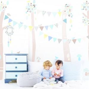 Wykorzystując zestaw naklejek z serii Przyjaciele z lasu, dostępnej w Nubie - Modern Kids Boutique można wyczarować w pokoju dziecka iście bajkowa krainę. Ponadto, smukłe drzewa wydłużają optycznie wnętrze. Fot. Nubie - Modern Kids Boutique.
