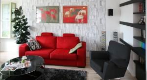Obszerny narożnik czy mała sofka? A może dwie sofy? Nie wiecie jak ustawić meble wypoczynkowe w salonie? Z pomocą przyjdą projektanci i architekci wnętrz.