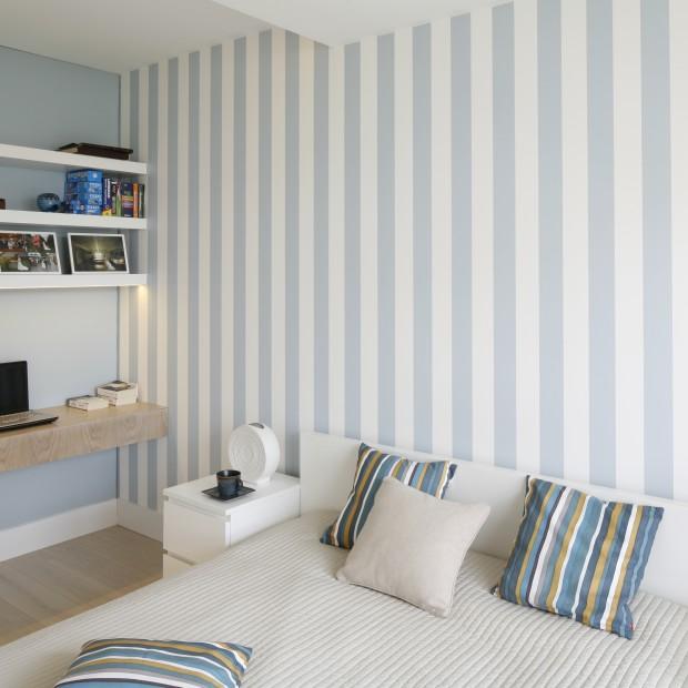 Jasna, przytulna sypialnia: biel i błękit