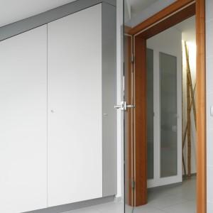 Sąsiednie pomieszczenie przeznaczono na pralnię. Tutaj praktycznie została wykorzystana przestrzeń pod skosem, gdzie zaplanowano pojemną zabudowę ukrytą za frontami z białego, lakierowanego MDF-u. Projekt: Piotr Stanisz. Fot. Bartosz Jarosz.