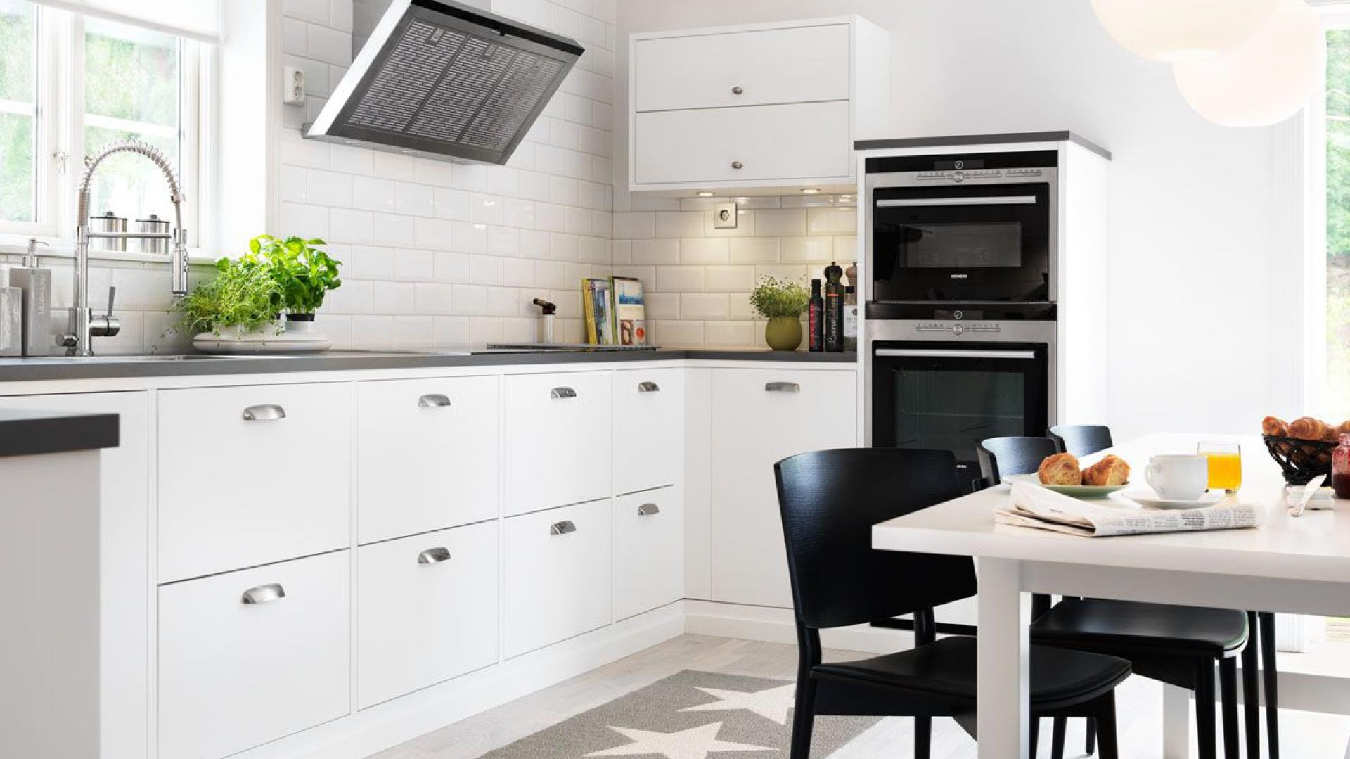 Proste, białe fronty Jak urządzić kuchnię? Postaw na
