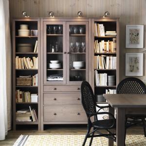 Witryna Hemnes  z 3 szufladami, szarobrązowy to propozycja marki IKEA. Lite drewno jest naturalne w dotyku. Duże szuflady to idealnie zabezpieczony przed kurzem schowek. Mała szuflada nadaje się doskonale do przechowywania drobnych przedmiotów. Fot. IKEA.