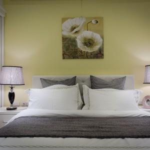 Obraz z kwiatowym motywem nadaje wnętrzu romantyczny charakter, harmonizując z dekoracyjnymi, nocnymi lampkami w stylu glamour. Projekt i zdjęcia: Moon Refined Design Co.