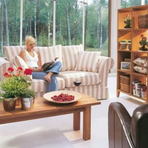 Wygodna sofa Orlando marki Inne Meble urzeka miękkimi kształtami, dopasowanymi do anatomii ludzkiego ciała. Jasna tapicerka w pasy sprawia, że mebel zyskuje lekko dekoracyjny wygląd. Fot. Inne Meble.