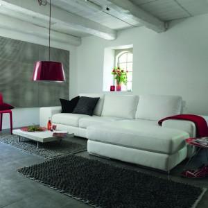 Biała sofa Havanna to propozycja do nowoczesnego wnętrza. Aby nabrało ono kobiecego uroku wystarczy wzbogacić je o dodatki w zmysłowym, czerwonym kolorze. Fot. Inne Meble.