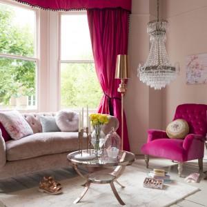 Luksusowy salon skąpany w pudrowym różu. Wyrazistości dodają mu zasłony oraz fotel w kolorze dojrzałych malin oraz kryształowe dodatki. Fot. Marks&Spencer.