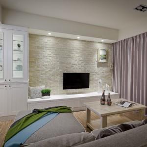 Kamień na ścianie za telewizorem buduje przytulną atmosferę we wnętrzu. Uroku przestrzeni dodaje klasyczny, przeszklony regał. Projekt i zdjęcia: Moon Refined Design Co.,Ltd.