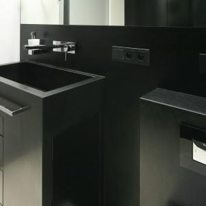 Z czarnego granitu wykonano umywalkę połączoną z szafką oraz obudowy ścian. Projekt: Monika i Adam Bronikowscy. Fot. Bartosz Jarosz.