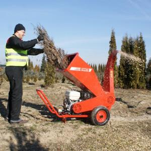 Praktycznym sposobem usunięcia stosu gałęzi powstałych w wyniku odświeżania ogrodu jest rębak. Maszyna dość sprawnie rozdrabnia gałęzie i przekształca je w zrębek, które następnie można zagospodarować na kilka sposobów: do ściółkowania rabat kwiatowych i podłoża pod krzewami czy drzewami, do zasilenia kompostownika a także jako opał. Fot. Honda.
