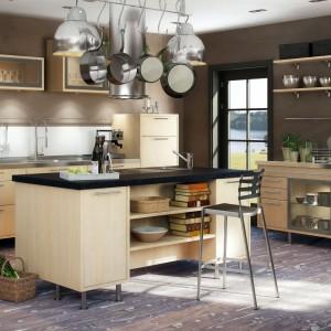 Meble w kolorze jasnego drewna mogą pasować do industrialnej kuchni. Warunkiem jest ich odpowiednia oprawa. Przetarte ściany, stalowe, loftowe lampy nad wyspą i inne metalowe dodatki budują przemysłowy klimat w tej kuchni. Fot. Marbodal, kuchnia Ekerö björk.