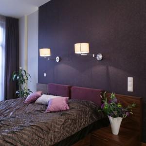 Wśród ciemnych kolorów proponowanych do sypialni, warto zwrócić uwagę na barwę bakłażanu. Projekt: Anna Łabędzka-Klepacka, Izabela Domicz, Maciej Klepacki. Fot. Monika Filipiuk-Obałek.