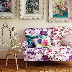 Obicie sofy kwiecistym materiałem czy obrazy z bukietami to również świetny sposób, żeby wnieść do wnętrza odrobinę wiosennej idylli. Fot. TK Maxx.