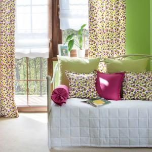 Wnętrze można też ubarwić tkaninami. Jasne pastelowe kolory czy mocniejsze akcenty - obie wersje sprawdzą się na wiosnę. Inspiracja od sklepu Dekoria. Fot. Dekoria.