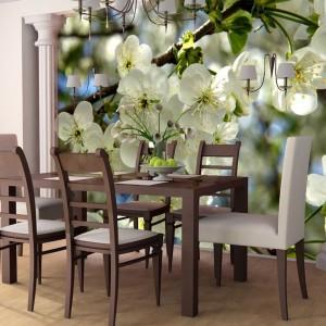 A może kwitnąca jabłoń w jadalni? Fototapeta od AgatonStudio wniesie do wnętrza prawdziwą wiosnę. Fot. AgatonStudio.