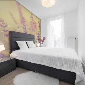 Kwitnące fototapety to ożywiające tło, które idealnie zapełni przestrzeń za sofą w salonie czy łóżkiem w sypialni. Stworzymy tym samym nastrojową przestrzeń do wypoczynku. Fot. Dekornik.