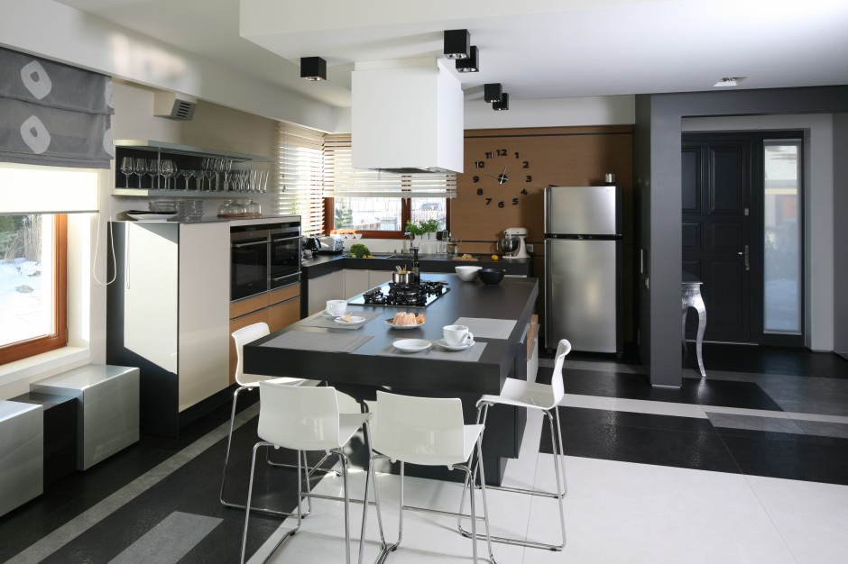 Wyspa w tej nowoczesnej Kuchnia z wyspą czy ze stołem