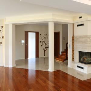 Ręcznie malowane drzewo zdobiące ścianę łączącą salon z jadalnią podkreśla familijny charakter tej strefy domu, jak również przywiązanie gospodarzy do tradycji. Fot. Bartosz Jarosz.