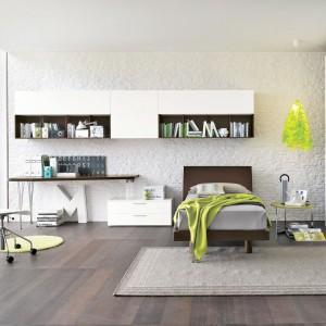 Dużą popularnością cieszy się alternatywa klasycznego biura, czyli blat, który można przymocować do ściany praktycznie w każdym miejscu pomieszczenia. Fot. Tomasella.