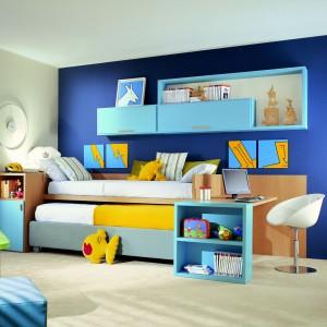 Niewielkie biurko można ustawić przodem do podstawy łóżka. Fot. Dearkids.