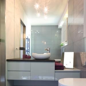 Efekt powiększenia w tej łazience zapewnia również ogromne lustro, zajmująca praktycznie całą ścianę. Projekt: Arkadiusz Grzędzicki. Fot. Bartosz Jarosz.
