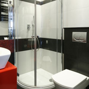 Narożna kabina prysznicowa w małym wnętrzu sprawdzi się doskonale. Projekt: Marta Kilan. Fot. Bartosz Jarosz.