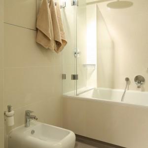 Szklany parawan w małej łazience sprawdza się doskonale. Szafki ukryte w ścianie zapewniają komfortowe miejsce na przechowywanie. Projekt: Małgorzata Borzyszkowska. Fot. Bartosz Jarosz.