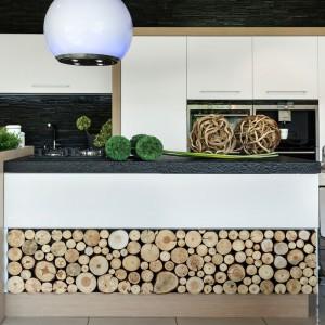 Białe fronty mebli kuchennych zamknięto w drewniane ramy. Biel i jasne drewno pięknie wieńczy gruby, czarny, granitowy blat. Fot. Pracownia Mebli Vigo, kuchnia Wood.