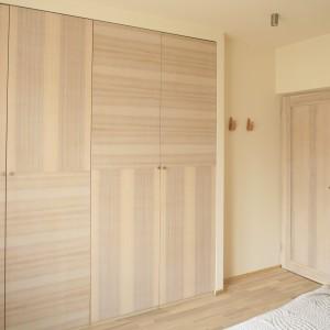 W beżowej, stonowanej sypialni fronty kolorystycznie nawiązują do kolorystyki sypialni. Projekt: Marta Kruk. Fot. Bartosz Jarosz.