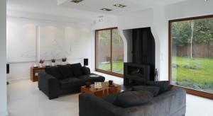 Duże okna są bardzo modne i praktyczne. Wzbogacają wnętrze krajobrazem, jak również gwarantują doskonałe doświetlenie domu.