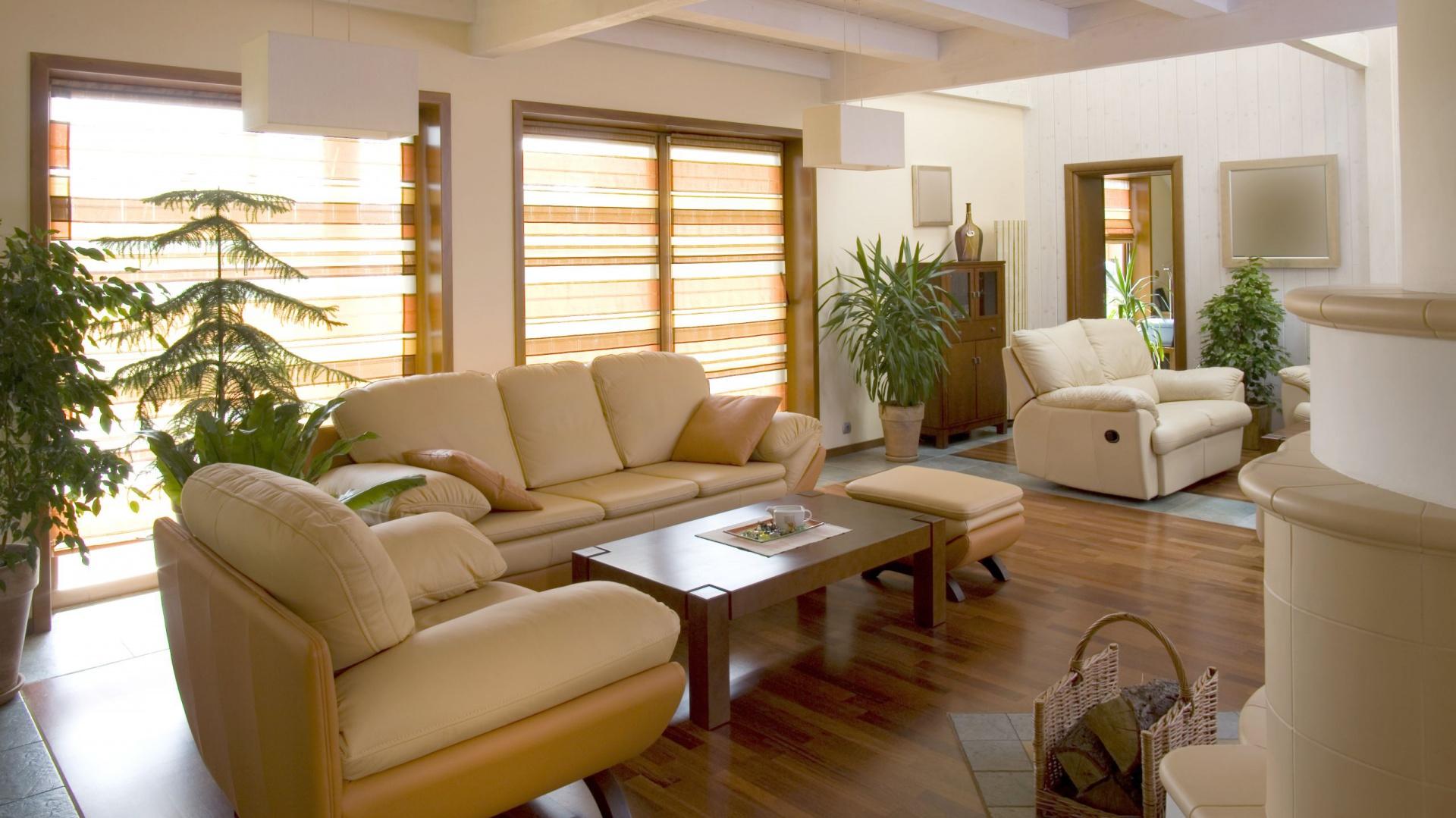 rolety rzymskie w ciep ym jasny salon z du ymi oknami. Black Bedroom Furniture Sets. Home Design Ideas