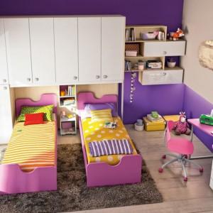 Ubrań, książek i zabawek dzieci bardzo szybko przybywa, szczególnie w przypadku posiadania dwójki lub większej liczby pociech, dlatego nie może zabraknąć szafy i półek. Fot. Colombini Casa.